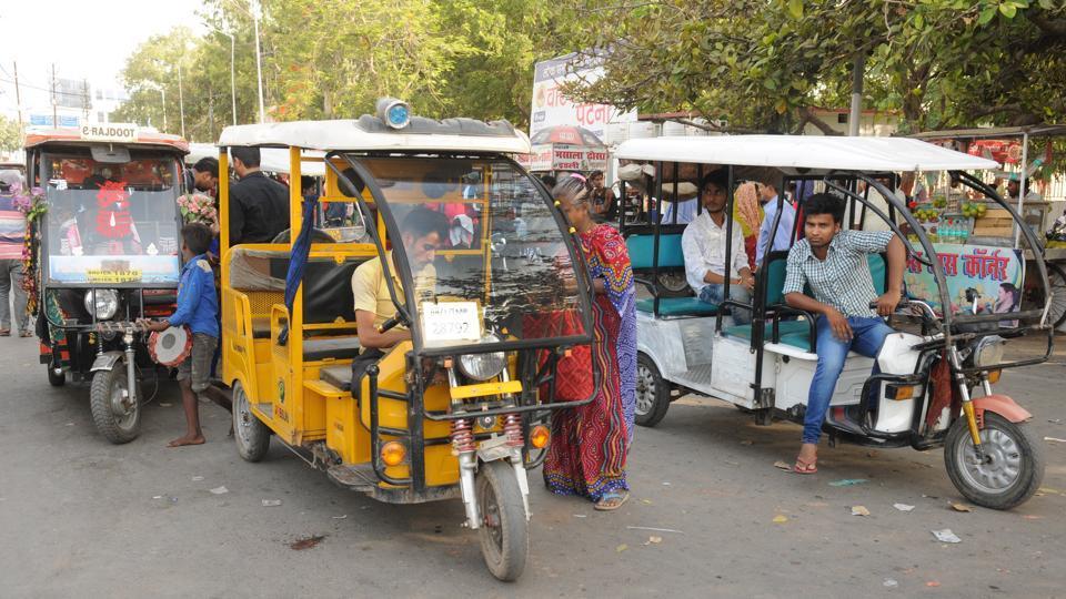 E- rickshaws on a Patna road.