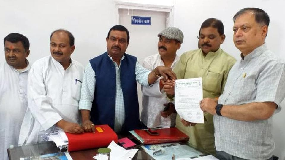 RIMS Director Dr D K Singh receiving a memorandum from a RJD delegation in Ranchi on Wednesday, May 29, 2019.