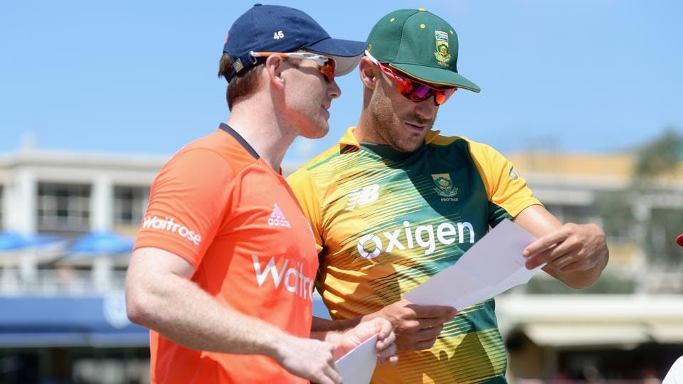 South Africa captain Faf du Plessis and England captain Eoin Morgan exchange teamsheets ahead of the 2nd KFC T20 International match between South Africa and England at Bidvest Wanderers Stadium on February 21, 2016 in Johannesburg, South Africa. (Photo by Gareth Copley/Getty Images)