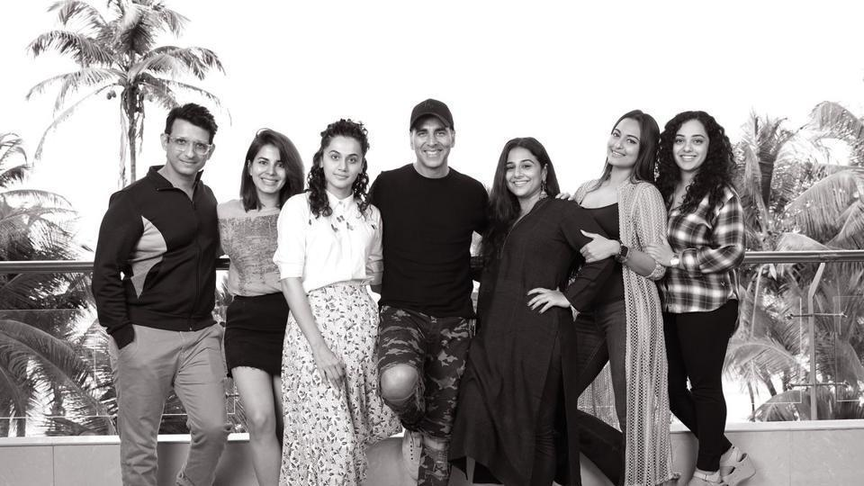 The entire cast of Mission Mangal poses for a picture together.
