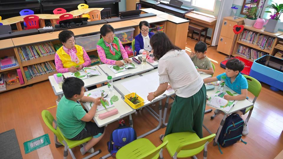 "When the tune of ""Twinkle twinkle little star"" plays in her South Korean classroom octogenarian pupil Nam Yang-soon (C) sings along with classmates more than 70 years her junior. ""I have often felt like others looked down on me because of my illiteracy,"" Nam, who at 84 is the oldest of three grandmothers in second grade at Woldeung Elementary School, told AFP. (Jung Yeon-je / AFP)"