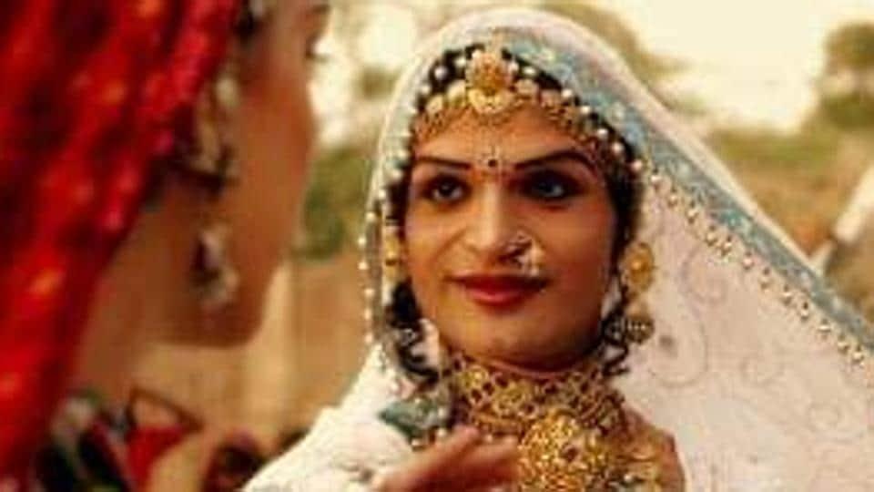 Harish, popularly known as the Queen Harish, used to dance in the Chakri, Bhawai, Terah Tali, Ghoomar, Kalbelia styles of Rajasthani folk dance.