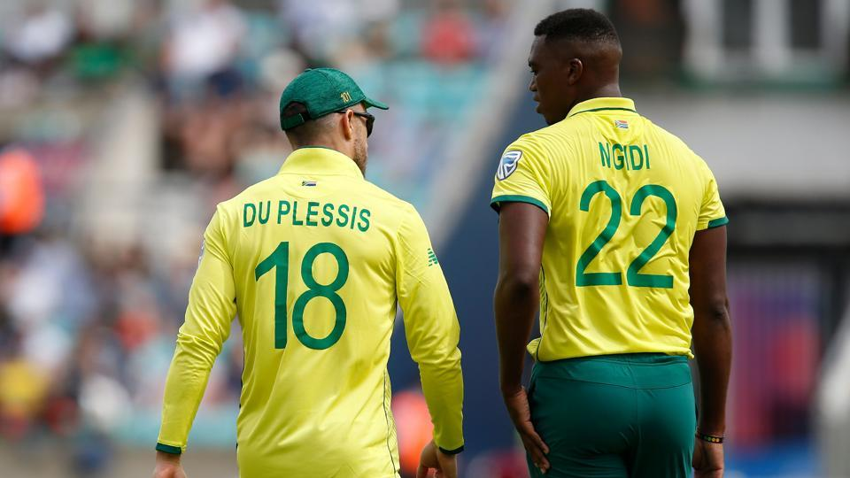 South Africa's captain Faf du Plessis (L) speaks with South Africa's Lungi Ngidi
