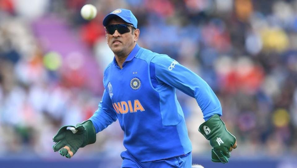 Army insignia on MS Dhoni's gloves