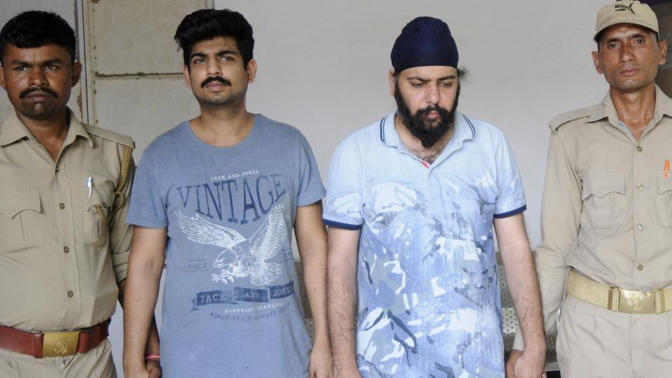 Kanav Ahuja (in blue T-shirt) and his accomplice Jaspreet Singh were arrested near Noida Sector 78 .