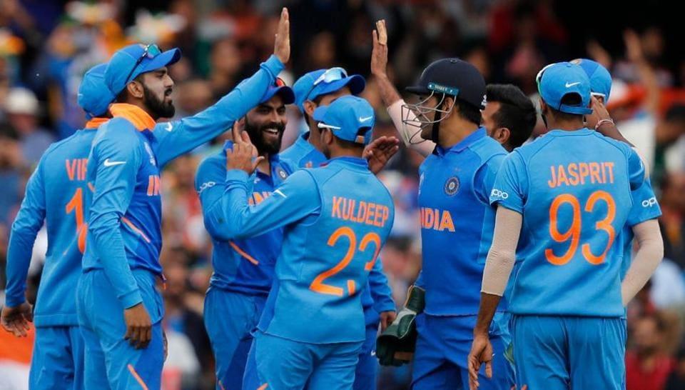 India's Ravindra Jadeja (C) celebrates with teammates after taking a catch to dismiss Australia's Glenn Maxwell. (AFP)