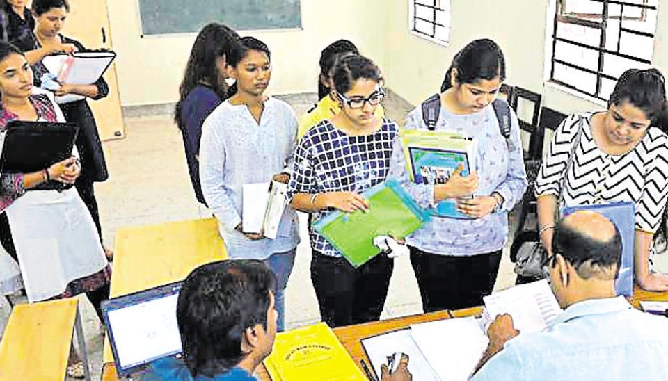 Du English Honours Application Form 2017, Delhi University Aspirants Stand In Queues To Get Admission In New Academic Session 2018 19 At Daulat Ram College In New Delhi India On Wednesday, Du English Honours Application Form 2017