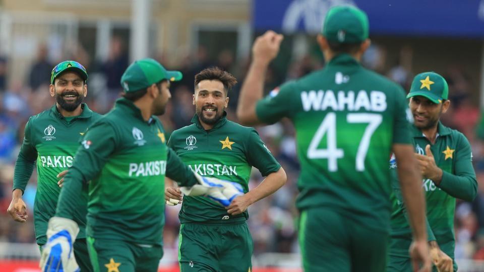 Pakistan's Mohammad Amir (C) celebrates
