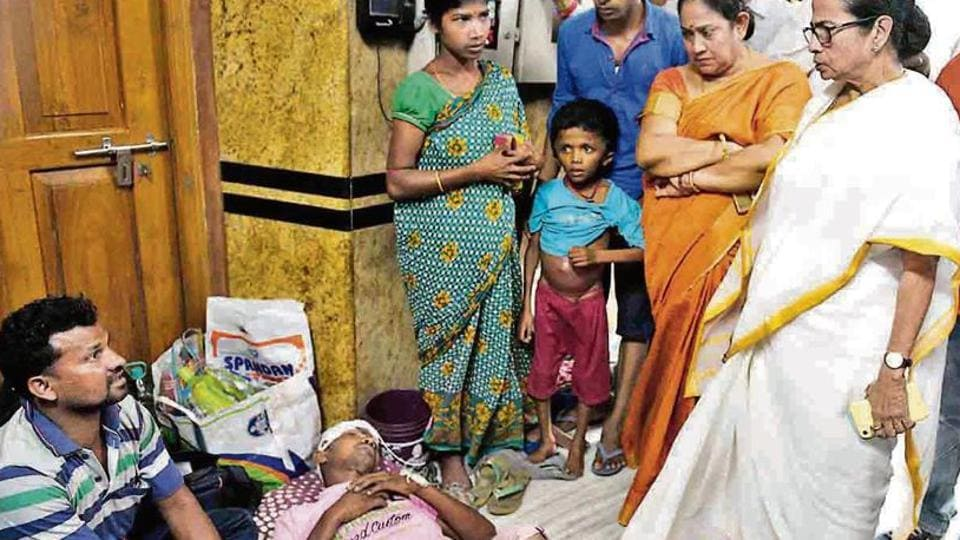 West Bengal chief minister Mamata Banerjee, who also holds the health and family welfare portfolio, speaks to patients during her visit to SSKM medical college in Kolkata on Thursday. (HT photo)