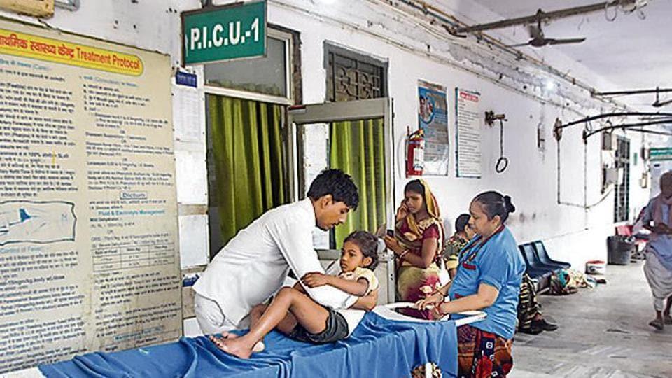 A child being treated for encephalitis at Sri Krishna Medical College and Hospital (SKMCH) in Muzaffarpur on Thursday. (Parwaz Khan /HT)