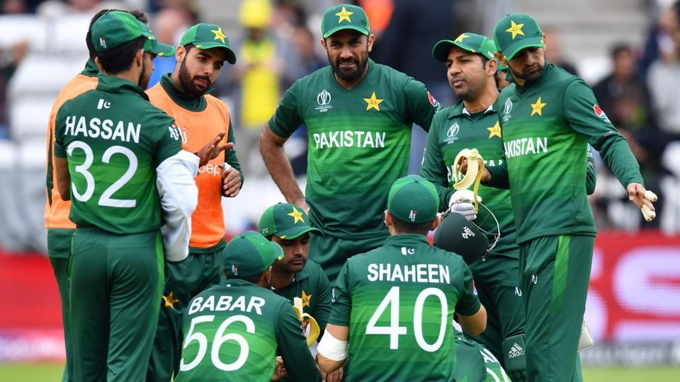Pakistan's captain Sarfaraz Ahmed (2R) speaks with his players during a break.