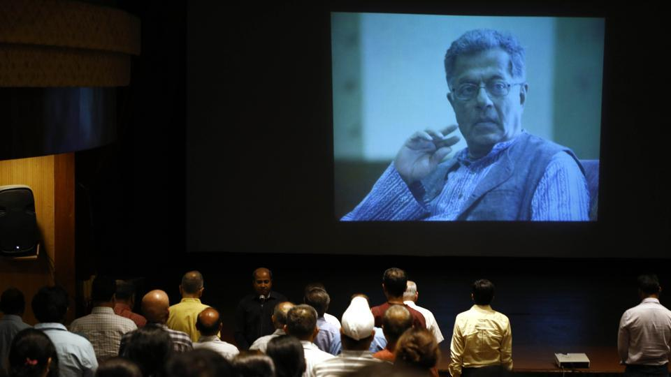 Film and Television Institute of India (FTII) students and staff pay condolence to the late actor and playwright Girish Karnad at FTII in Pune, Maharashtra. Karnad passed away on June 10. (Rahul Raut / HT Photo )