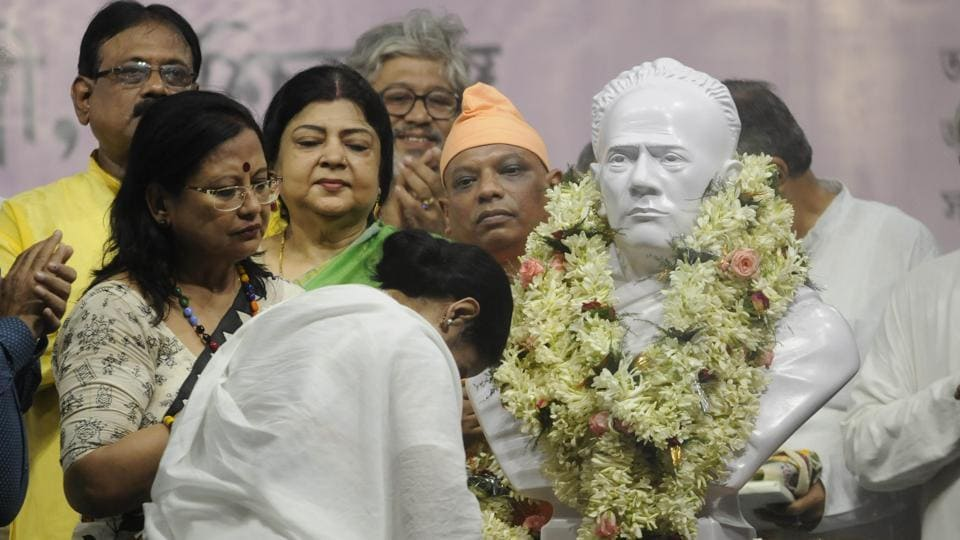 West Bengal Chief Minister Mamata Banerjee reinstalls a bust of Ishwar Chandra Vidyasagar at Vidyasagar College that replaces one vandalized recently, in Kolkata, West Bengal. The old statue of the polymath was broken during clashes in the college during Amit Shah's road show in Kolkata. (Samir Jana / HT Photo)