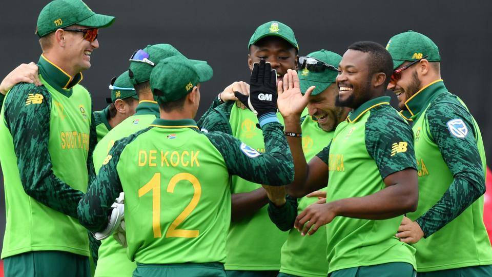 South Africa's Andile Phehlukwayo (2R) celebrates with teammates after the dismissal of Afghanistan's Hashmatullah Shahidi. (AFP)