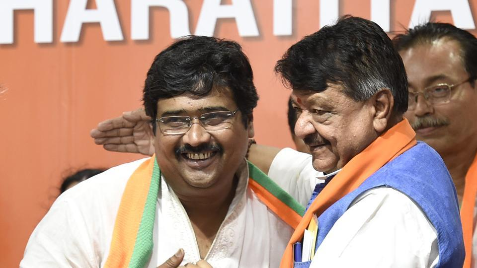 Former TMC MLA Biswajit Das (L) and former Congress leader Pradeep Banerjee joined BJP along with 12 other councillors in the presence of BJP leaders.