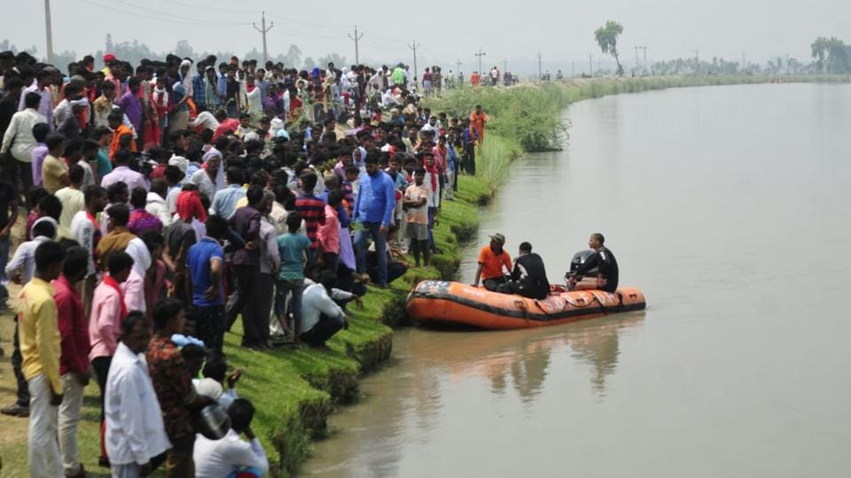 Seven children were feared drowned as a mini truck carrying 29 people from a wedding in a village fell into a canal on the outskirts of Uttar Pradesh's Lucknow early on Thursday near Samesi. Lucknow's senior superintendent of police (SSP) Kalanidhi Naithani has 22 people, managed to come out and State Disaster Response Force (SDRF) are carrying out a search operation to find the missing children with the help of local police. (Deepak Gupta / HT Photo)