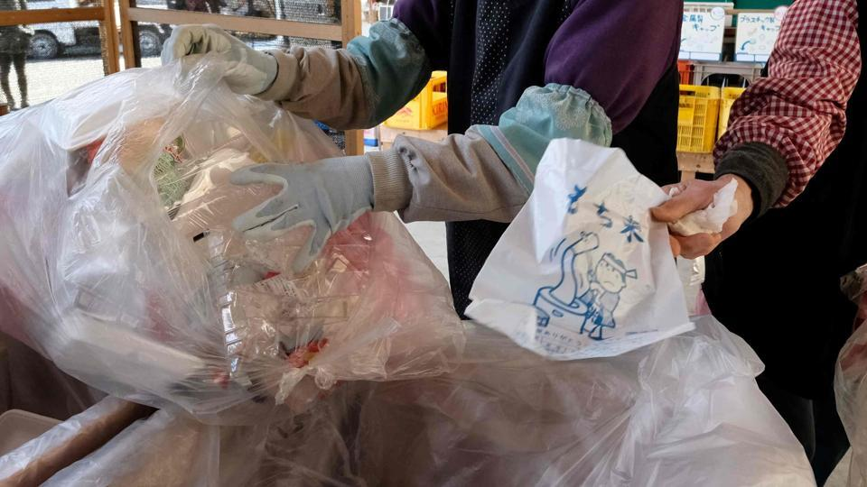 The Delhi Pollution Committee seized more than 28,000 kilos of banned plastic bags, measuring less than 50 microns, in just three days