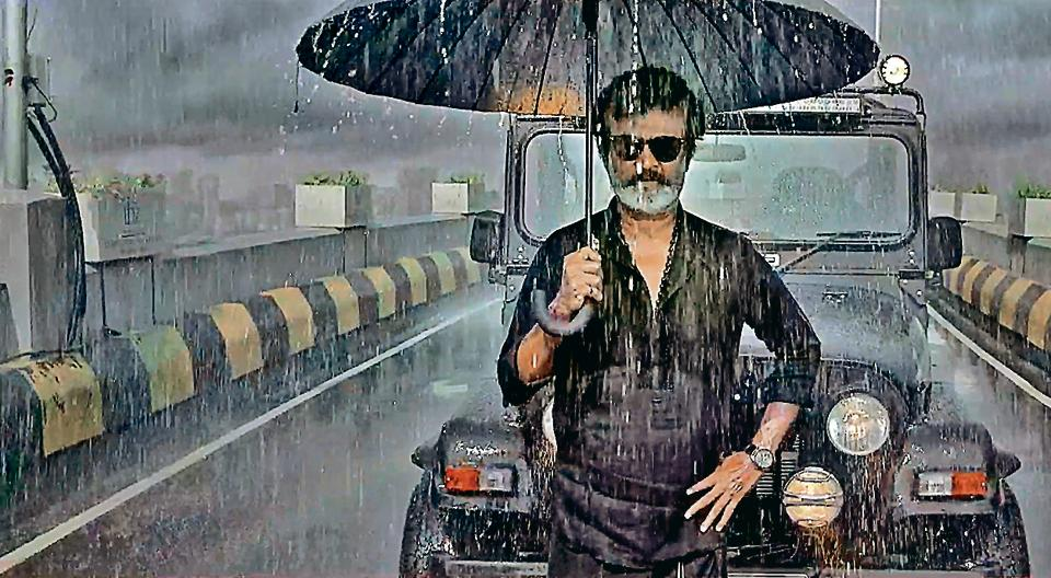 A typical Rajini action scene in Kaala in which he single-handedly beats up his assailants using only his umbrella.