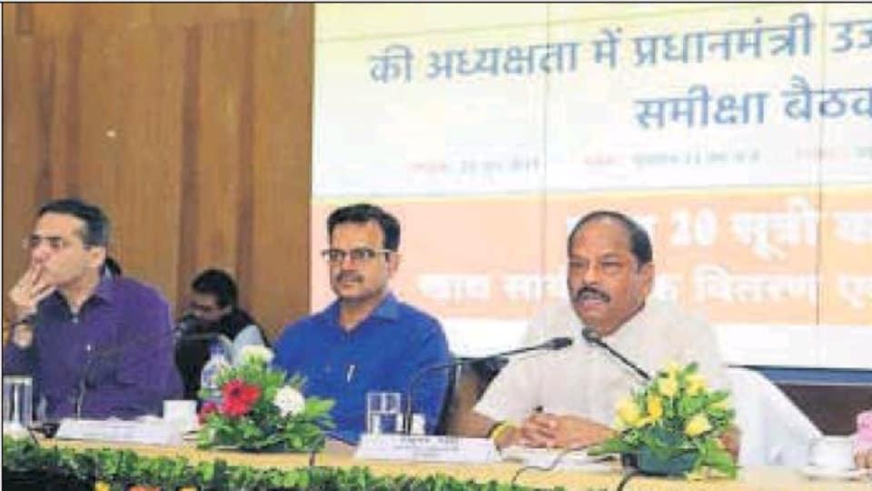 Chief minister Raghubar Das reviews the 'Pradhamantri Ujjawala Yojna' in Ranchi on Saturday. (HT Photo)
