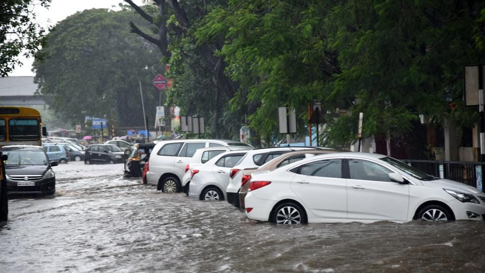 As heavy showers continued to lash the city, Mumbai recorded its second highest 24-hour June rainfall in the past 10 years. (Photo by Bachchan Kumar/ Hindustan Times)