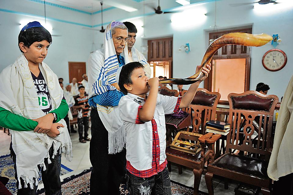 A Jewish blows the 'shofar' horn to gather devotees around the Torah at the Magen Abraham Synagogue in Ahmedabad on September 9, 2010, on Jewish New Year, Rosh Hashana.