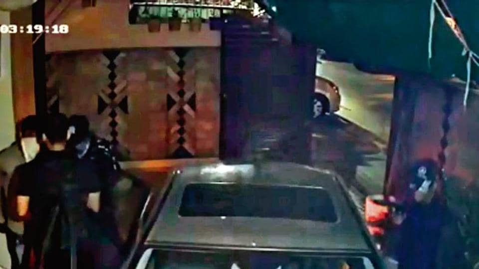 3 armed men robbed a 35-year-old businessman and his family just as he parked his Mercedes Benz car in his home.