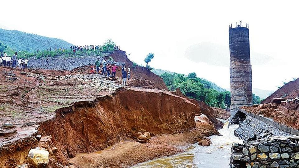 Built around 14 years ago, the Tiware dam in Chiplun taluka of Ratnagiri district, some 230km from Pune, has a storage capacity of 2 million cubic metre. It developed a breach late Tuesday night after heavy rains, district collector Sunil Chavan said. (Anil Phalke/HT photo)