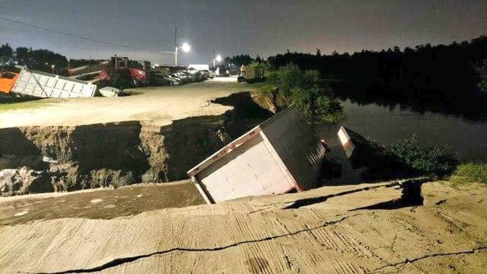 Giant Sinkholes Swallow Trucks In Florida Pics Are