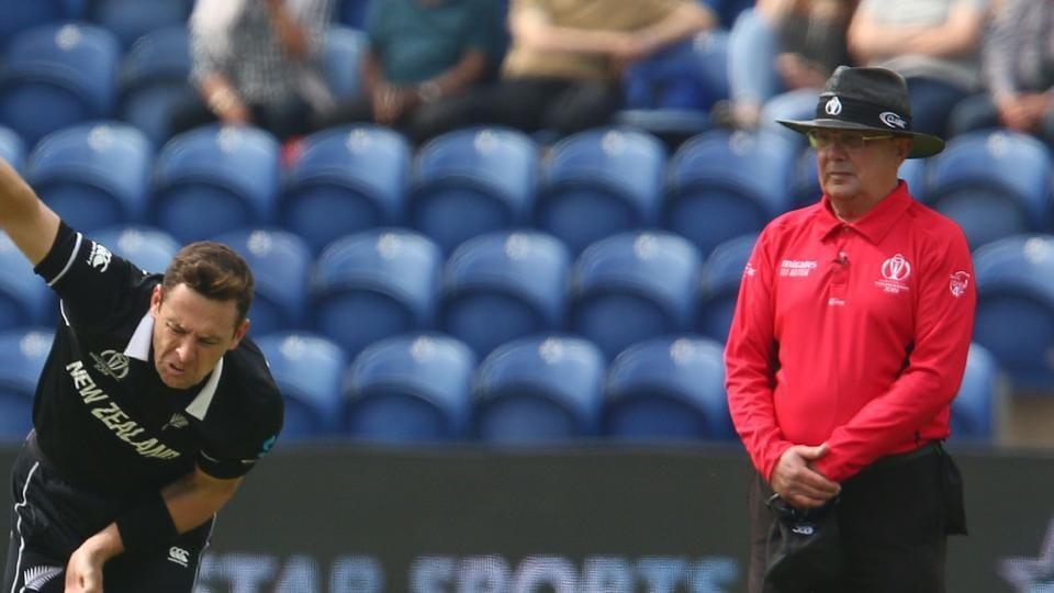 New Zealand's Matt Henry (L) is watched by umpire Ian Gould as he delivers the ball during the 2019 Cricket World Cup group stage match between New Zealand and Sri Lanka at Sophia Gardens stadium in Cardiff, south Wales, on June 1, 2019. (Photo by GEOFF CADDICK / AFP) / RESTRICTED TO EDITORIAL USE