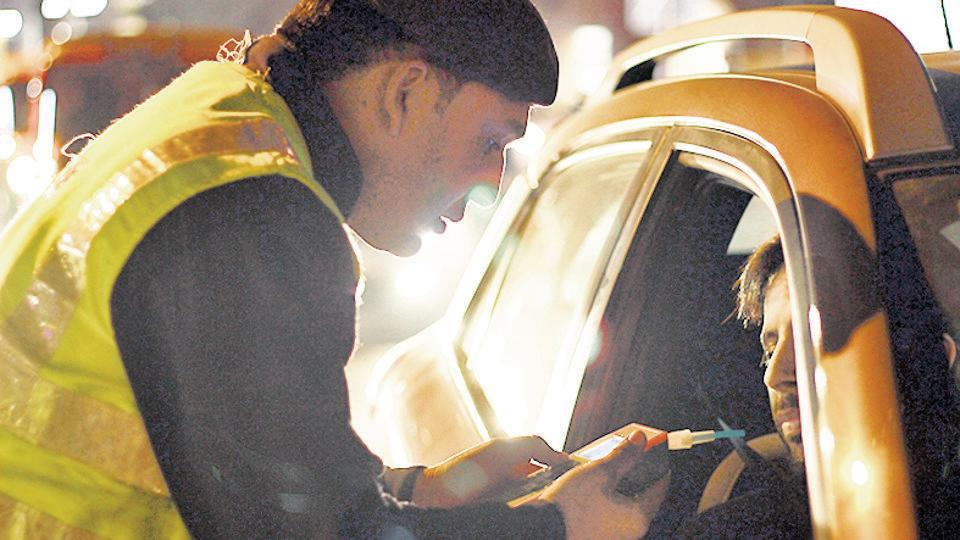 As many as 474 people were arrested in Noida and Greater Noida Saturday night for allegedly consuming alcohol at public places and drunk driving during a three-hour anti-liquor drive. (PHOTO: )