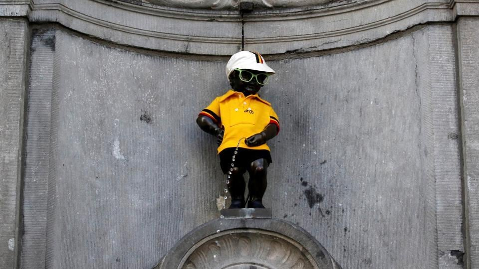 The iconic Manneken Pis is dressed in the overall leader's yellow jersey, before the start of stage one.  (Christian Hartmann  / REUTERS)