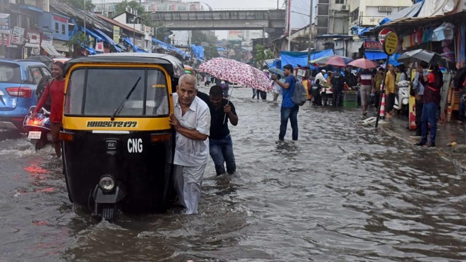 Waterlogging near Andheri Subway. (Photo by Satyabrata Tripathy/HT Photo)