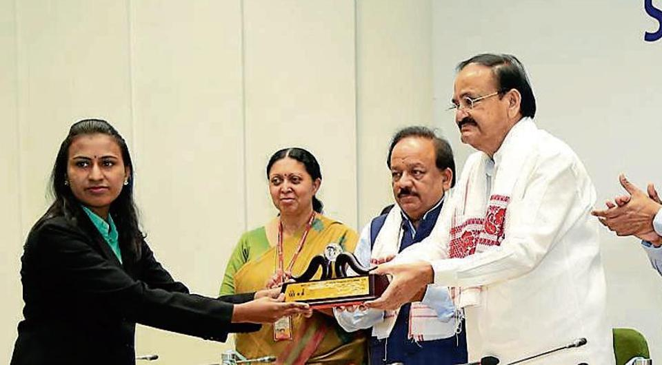 Nalinee Suryawanshi receives the award from Vice-President M Venkaiah Naidu