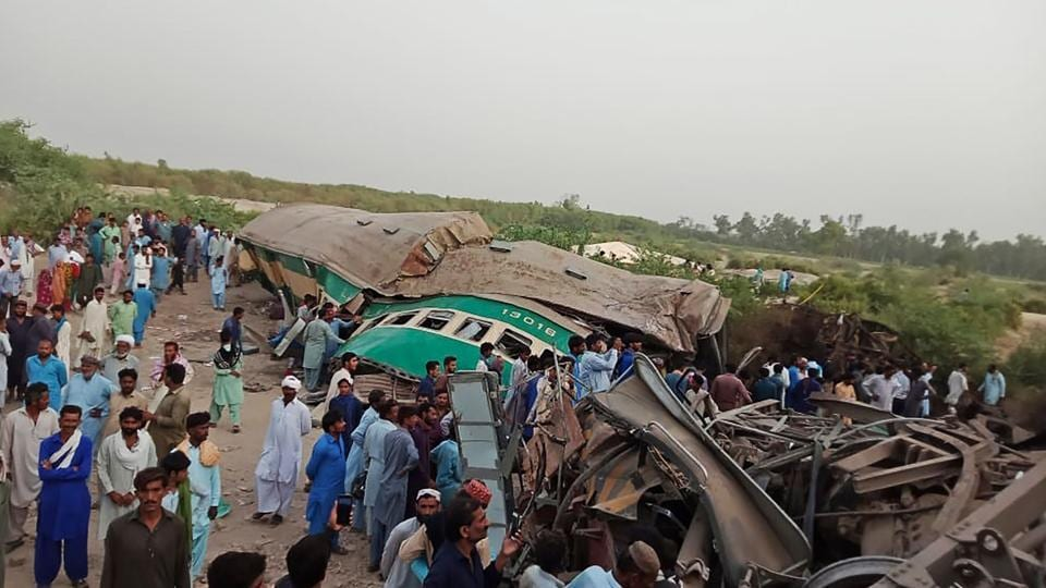 Pakistan,train collision,death toll