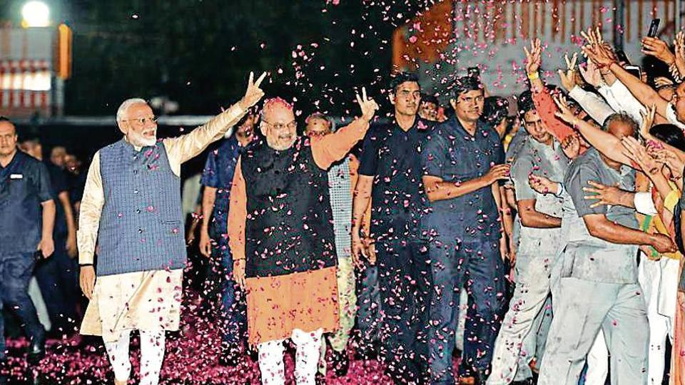 Prime Minister Narendra Modi shows victory sign as he, along with the party President Amit Shah, arrives at the party headquarters to celebrate their victory in the 2019 Lok Sabha elections, in New Delhi, India, on Thursday, May 23, 2019. (Photo by Arvind Yadav/ Hindustan Times)