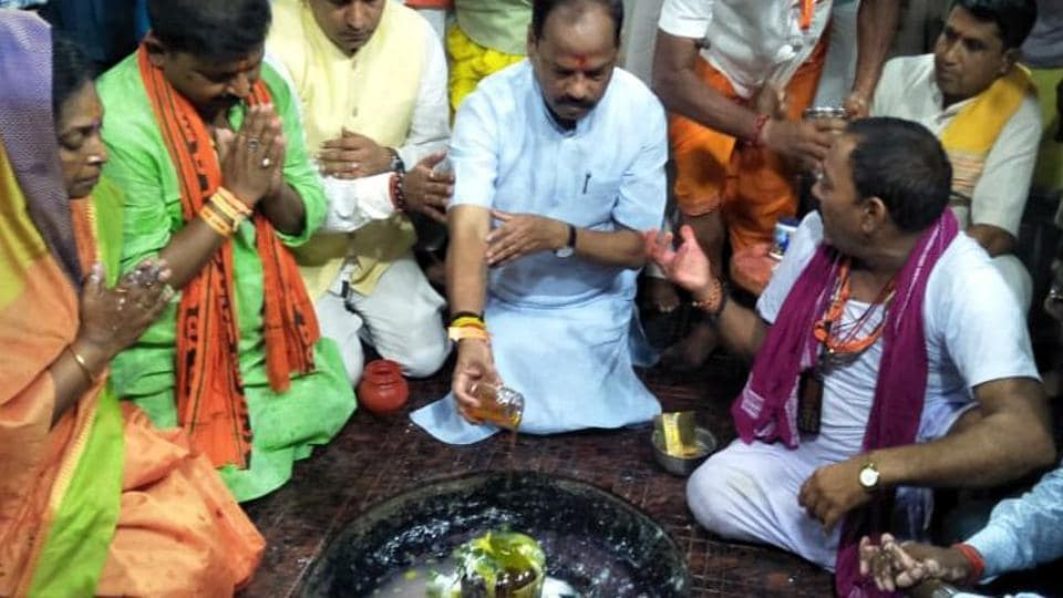 Jharkhand chief minister Raghubar Das (in white kurta) perfoming rituals at Lord Shiva temple after inaugurating the Shravani mela in Deoghar, on Wednesday, July 17, 2019.