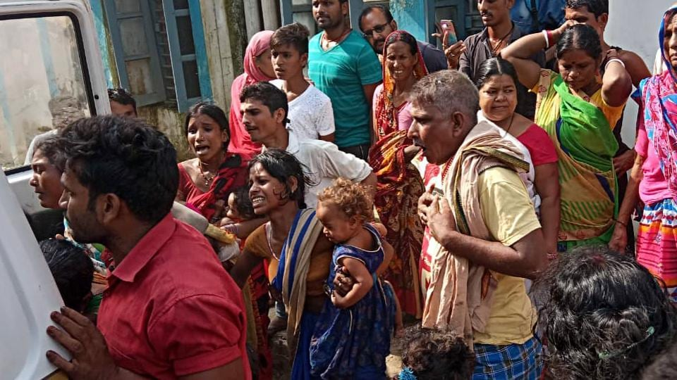 Families of victims who killed in mob lynching crying in Baniyapur, Saran on Friday.