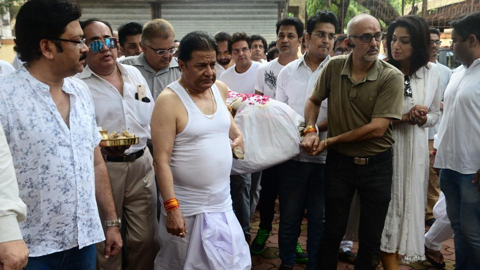 Anup Jalota performs his mother's last rites.
