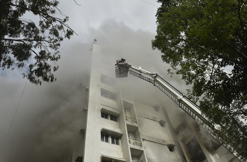 A major fire was reported at the Mahanagar Telephone Nigam Ltd. (MTNL) building in Mumbai's Bandra West around 3 pm. All 84 people trapped on the terrace of the 10-storey building were rescued. (Anshuman Poyrekar / HT Photo)