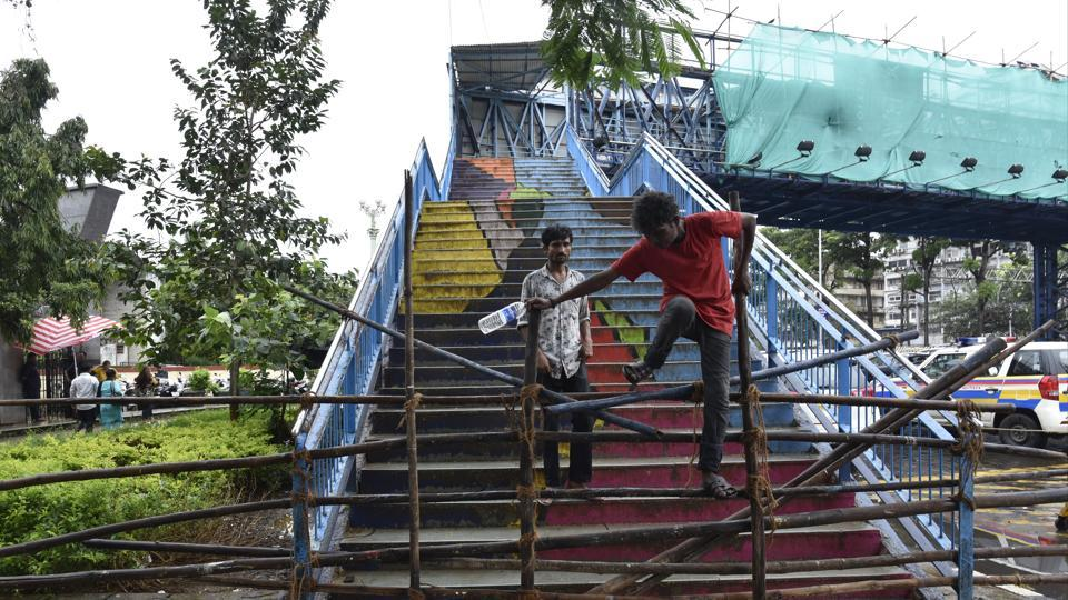 The foot overbridge  links the north end of the Charni Road station to a road leading to Girgaum Chowpatty.