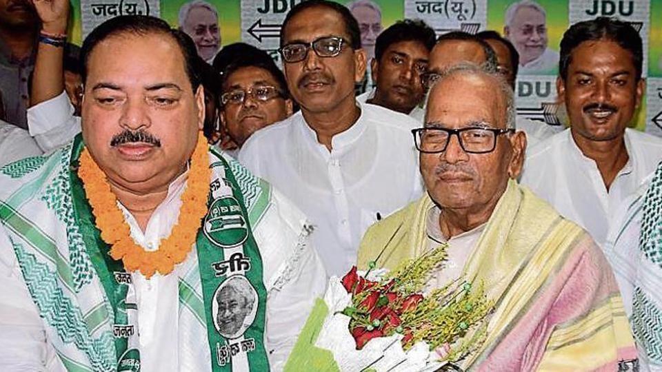 Ali Ashraf Fatmi (left) joined JD(U) in the presence of party state president Vashishth Narayan Singh (centre) in Patna on Sunday, July 28, 2019.