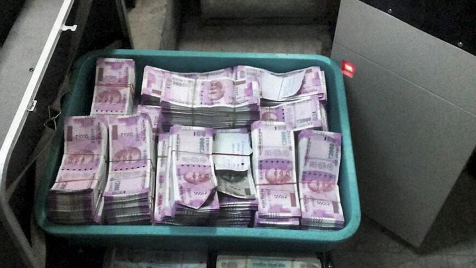 Pune: Cash recovered by Income Tax department from a bank locker in Pune on Wednesday. PTI Photo (PTI12_14_2016_000282B)