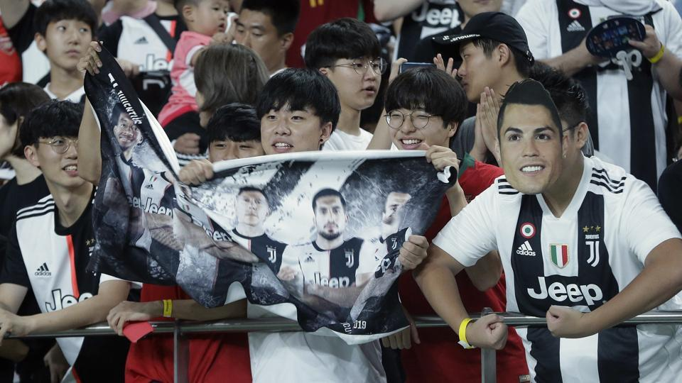 A South Korean soccer fans wears a mask of Cristiano Ronaldo of Juventus.