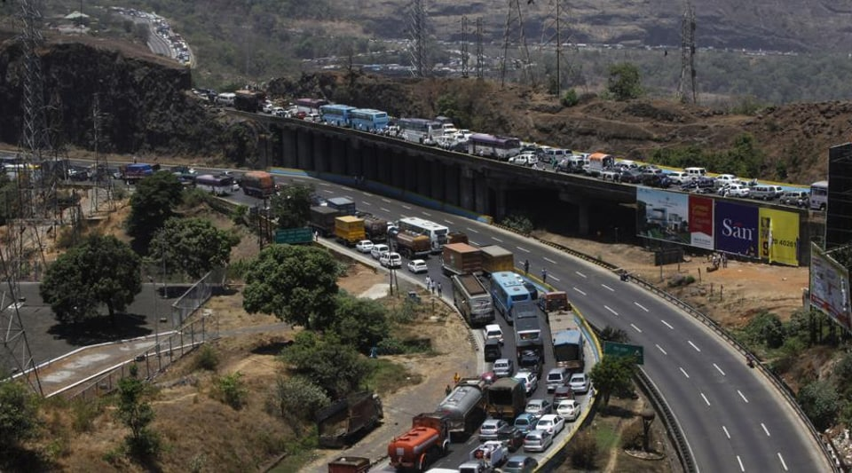 Long queues of vehicles were seen near Amrutanjan bridge on the expressway and measures were being taken to prevent traffic jams,