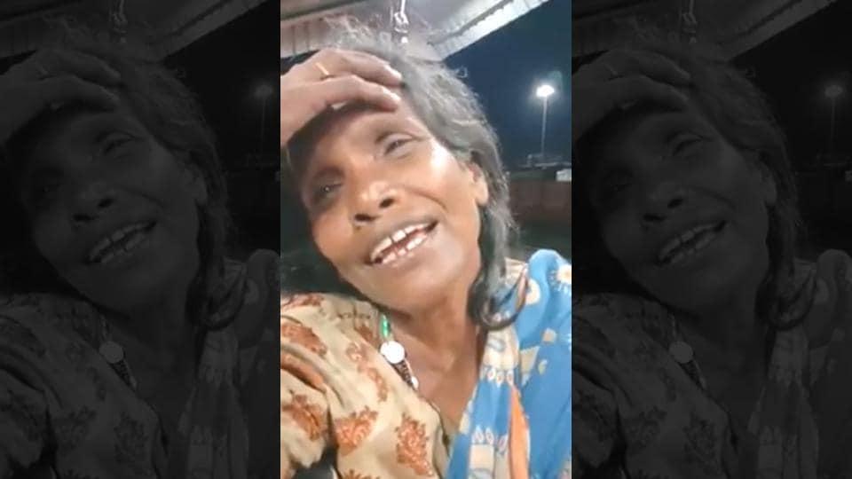 The video shows the woman singing Ek Pyar Ka Nagma Hai.