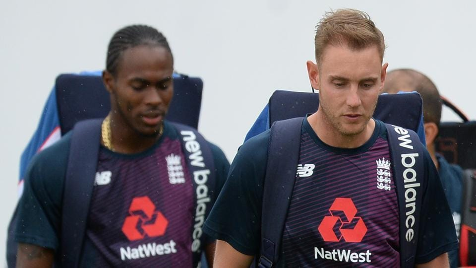 Jofra Archer (L) and Stuart Broad during a training session.