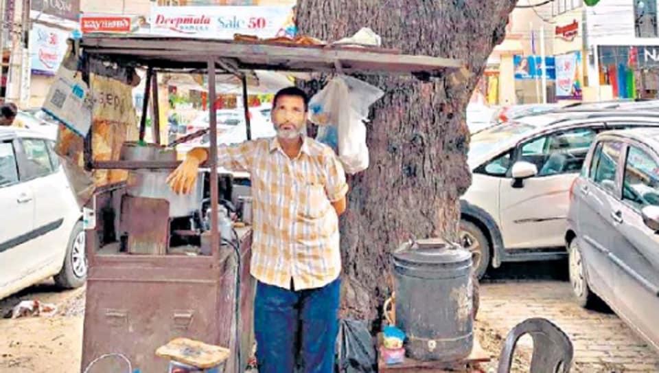 Baba Dada tea stall operates under a tree on Gurugram's Gurudwara Road