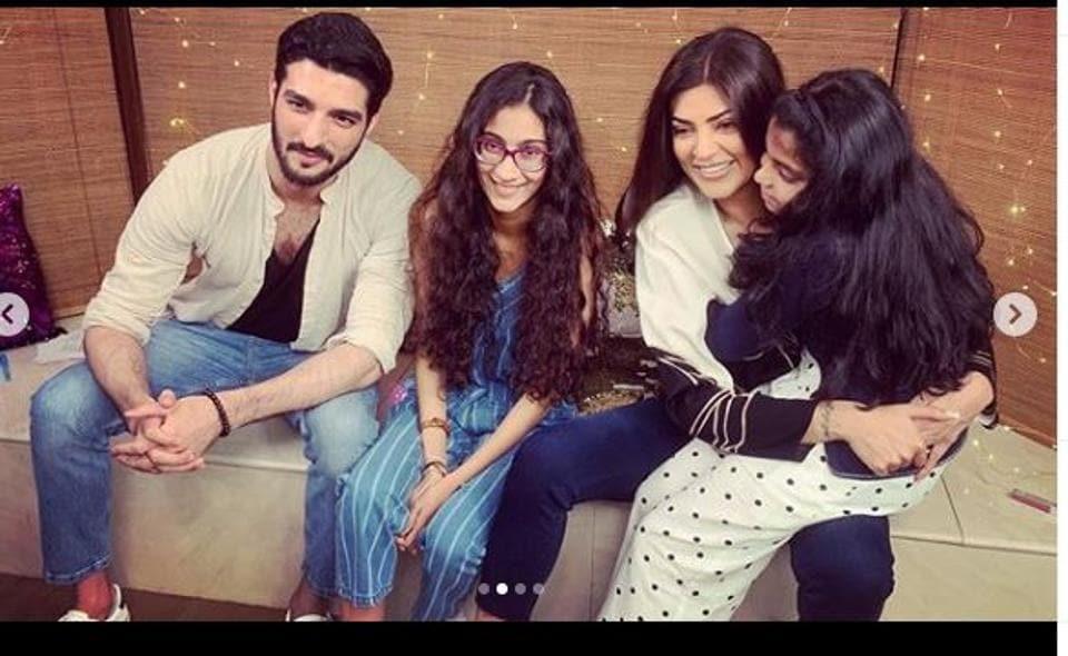 Sushmita Sen with her two daughters and boyfriend Rohman Shawl.