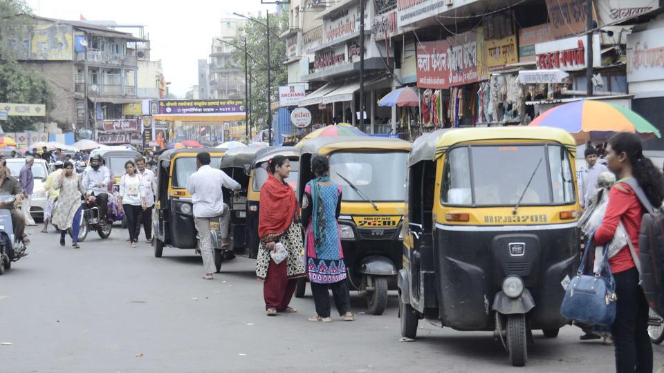 A 28-year-old rickshaw driver died on Friday after he swerved his vehicle to avoid a parked car and crashed into a divider at Sion-Trombay road in Chembur.