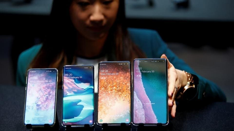 FILE PHOTO: A Samsung employee arranges the new Samsung Galaxy S10e, S10, S10+ and the Samsung Galaxy S10 5G smartphones at a press event in London, Britain February 20, 2019. REUTERS/Henry Nicholls